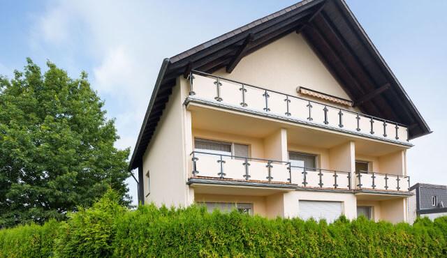 Freistehendes Haus mit Balkonen zur Sonnenseite